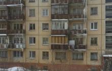 В Новоуральске сотрудники УК отказываются сбивать с крыши дома гигантские сосульки
