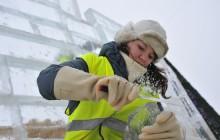 Студентка из Новоуральска «выковывает» меч Победы в главном ледовом городке области