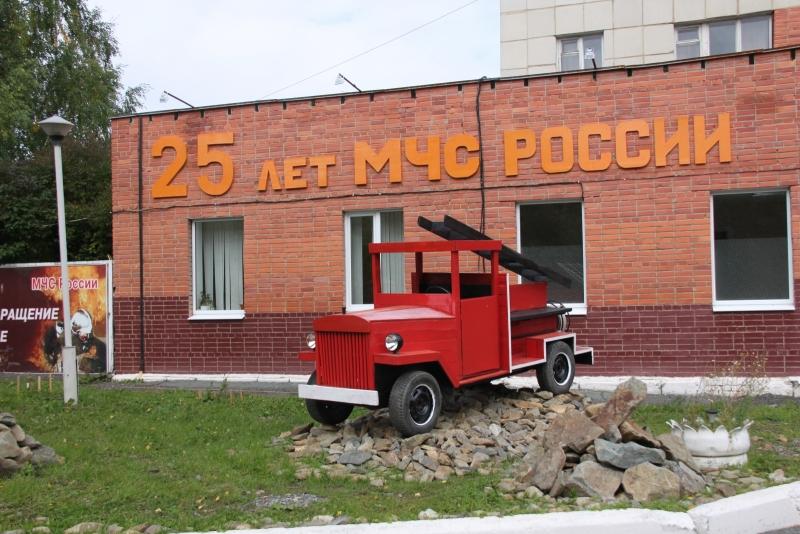 Сотрудники МЧС украсили пожарные депо тематическими композициями