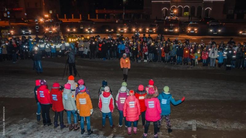 В Новоуральске сотрудники ГИБДД организовали праздничный флеш-моб по безопасности дорожного движения