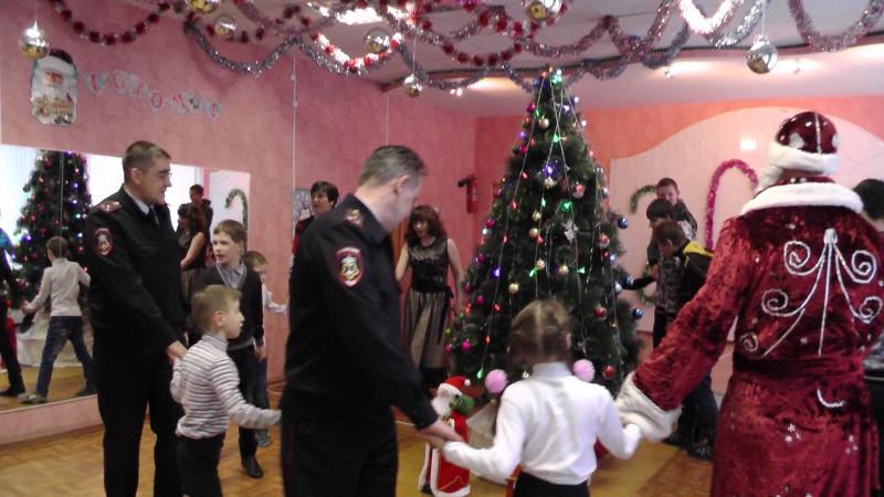 Полицейский Дед Мороз в Новоуральске поздравил воспитанников детского дома с Новым годом