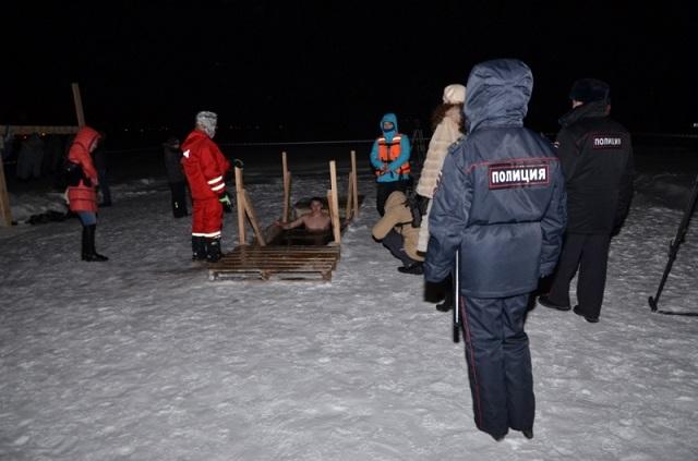 За ночь в крещенскую прорубь нырнули 34 тысячи свердловчан