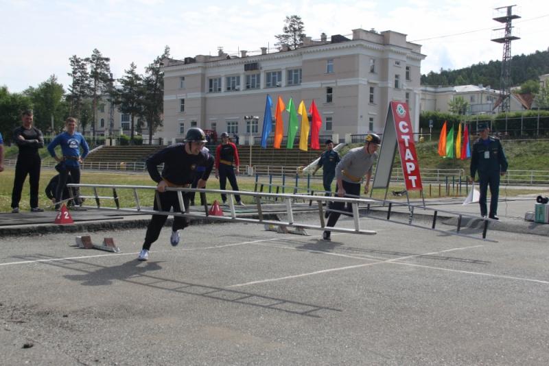 Новоуральские пожарные-спасатели соревновались в пожарно-прикладном спорте