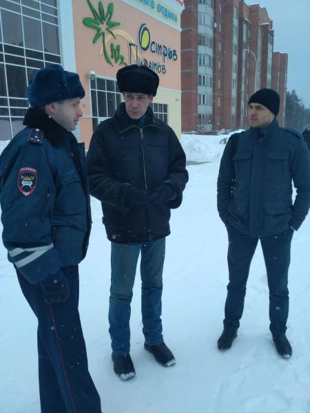Сотрудники ГИБДД Новоуральска совместно с членом Общественного совета проверили безопасность горок на территории города
