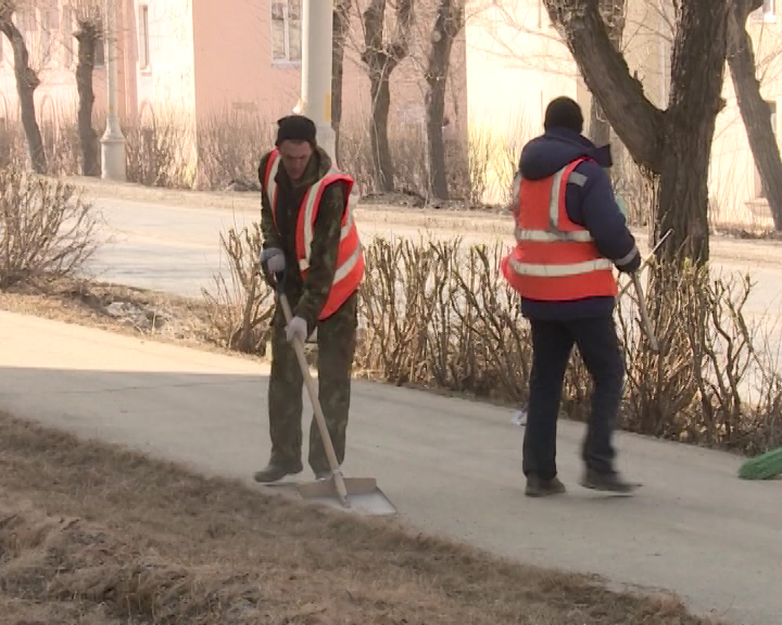 Коммунальщики наводят порядок. 4 тысячи кубических метров песка и противогололедной смеси, использованных за зимний период нужно убрать с улиц города