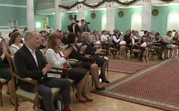 Новоуральских педагогов за профессионализм наградил губернатор Свердловской области Евгений Куйвашев