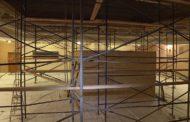 Впервые в истории новоуральского театра. В зрительном зале сейчас идет капитальный ремонт потолка