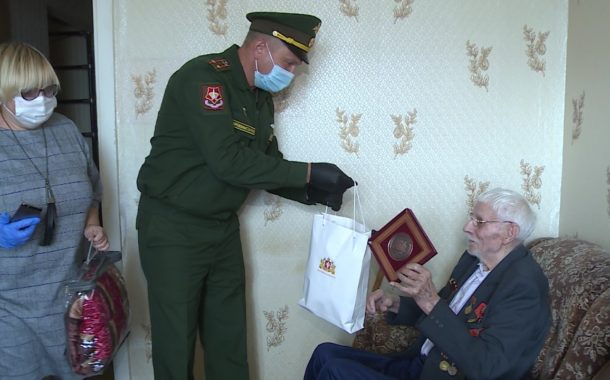 92-летнему Николаю Петровичу Бычкову вручили памятный знак к 75-летию победы