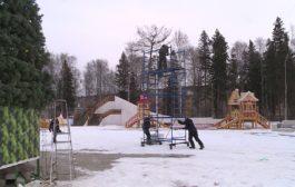 Елочный городок в Новоуральске растет не по дням, а по часам