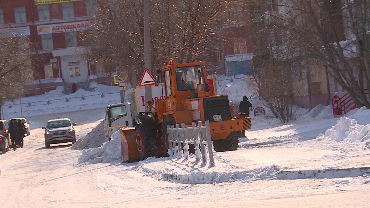 Новоуральск продолжают очищать от снега