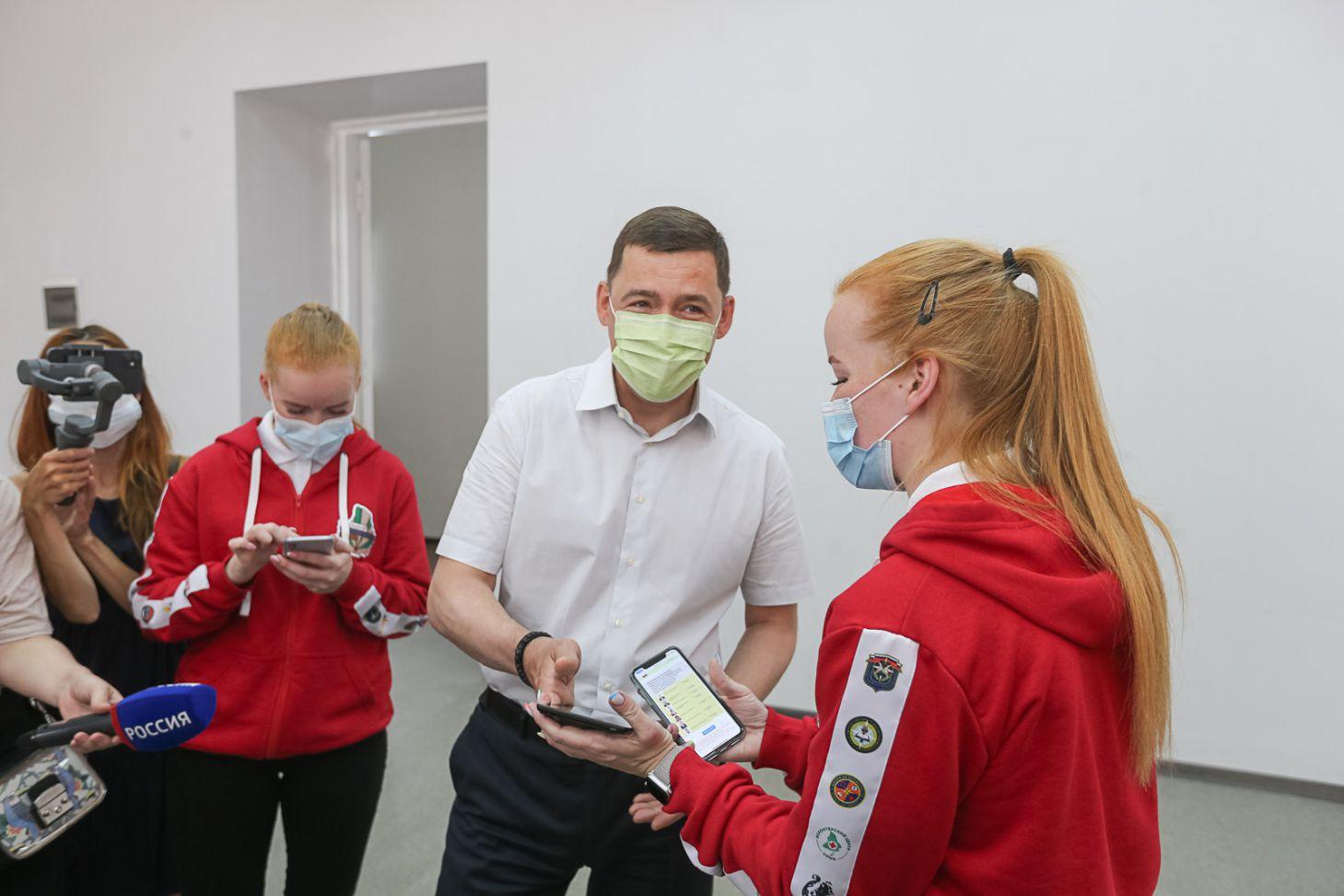 Евгений Куйвашев посетил Дом добровольцев и проголосовал вместе с волонтёрами на праймериз ЕР