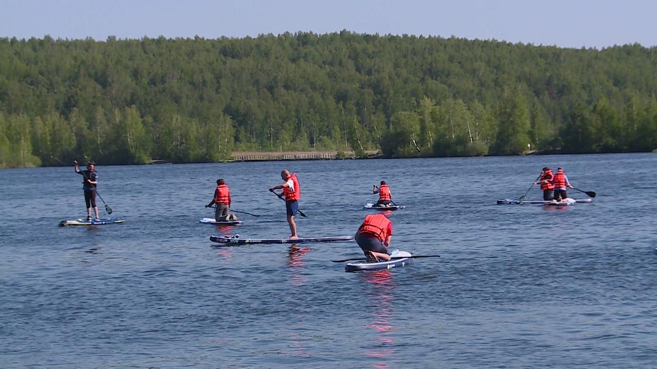 Новоуральцы приняли участие в сап-субботнике и акции «Чистый берег» на акватории Верх-Нейвинского пруда