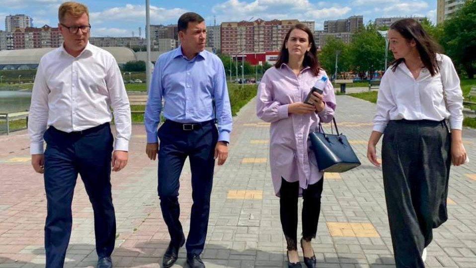 Евгений Куйвашев вручил главе Первоуральска папку с нерешёнными проблемами города