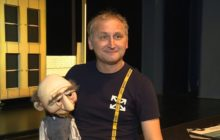 Добрый, но одинокий дядюшка Амос на сцене театра кукол