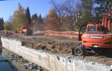 В Новоуральске идет ремонт стен моста на реке Бунарке